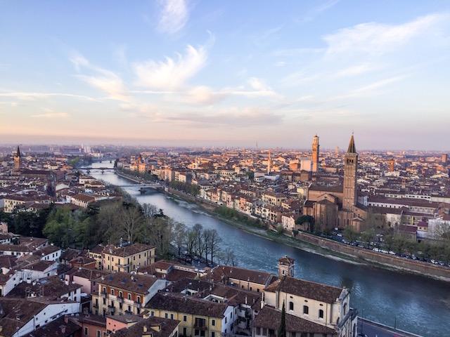 на фото панорама, которая открывается на Верону утром с площадки Кастель Сан Пьетро