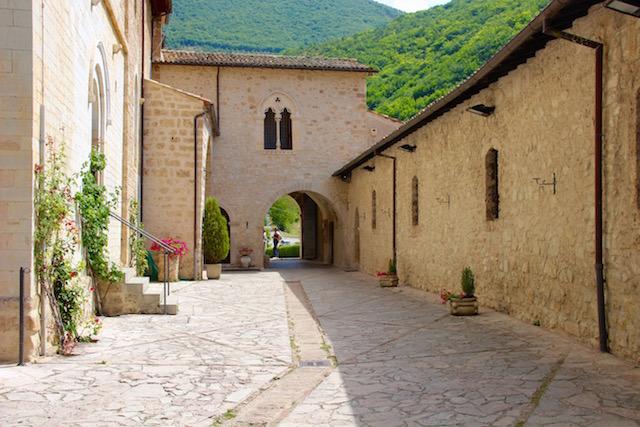 Умбрия, Аббатство Святого Эуфиция, Abbazia di Sant'Eutizio, Umbria, путешествие по Италии, путешествие по Умбрии