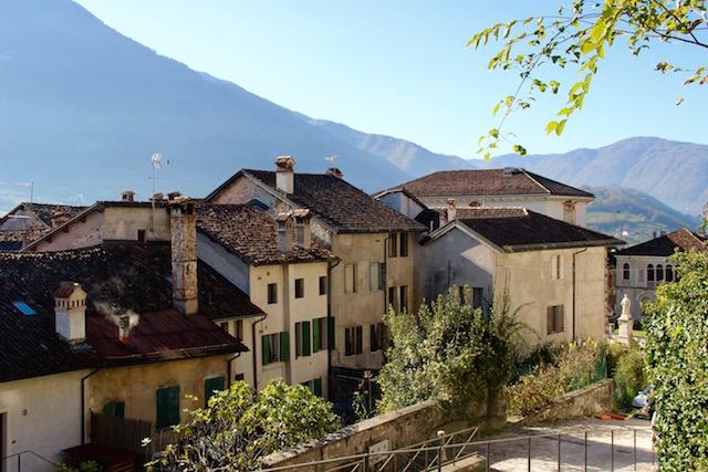 на фото город Фельтре, северная Италия