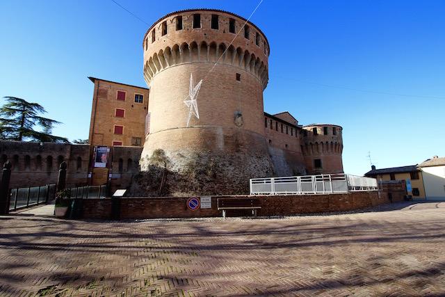 на фото крепость в Доцца La Rocca