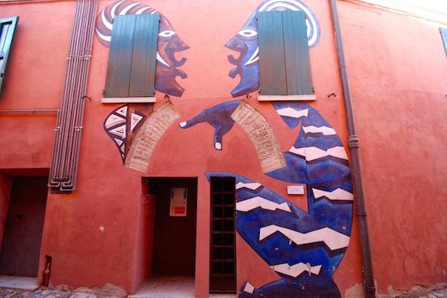 на фото одна из картин, написанная на доме в городе Доцца, Италия