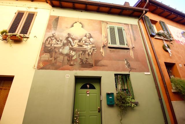 На фото один из домов в городе Доцца