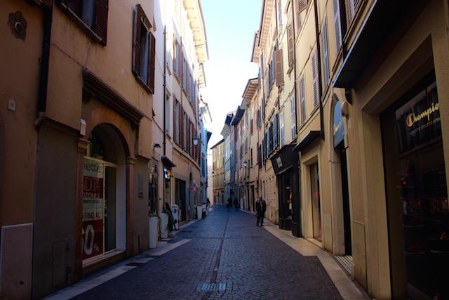 Фото улочек исторического центра в городе Сало, озеро Гарда, Италия