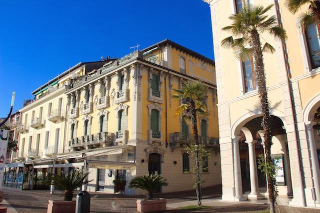 Фото одной из палаццо в центре города Сало на озере Гарда, Италия