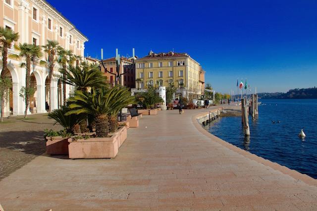Фото набережной в городе Сало на озере Гарда, Италия