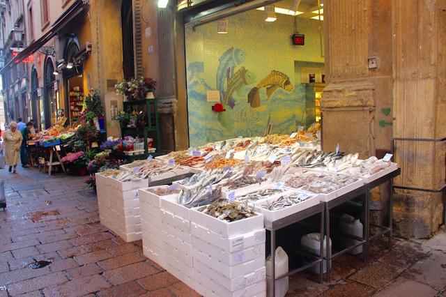 Рыбный магазин на центральном рынке в Болонье