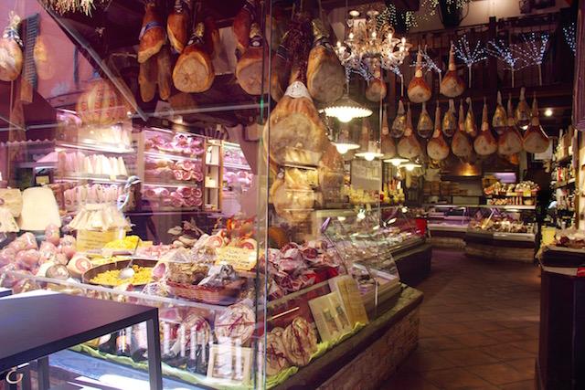 Фото магазина с сыром и пармской ветчиной в Болонье
