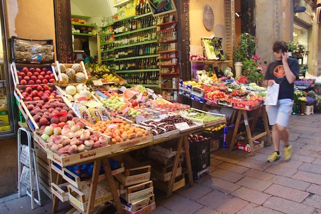 Фото прилавков с фруктами и овощами на рынке в Болонье