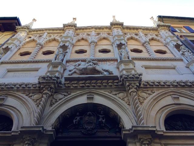 Фото фасада лоджии торговцев в Анконе, регион Марке