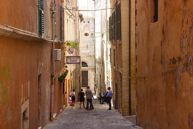 Фото улочки в Анконе, регион Марке, Италия