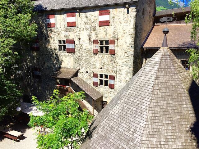 Вид на внутренний двор Замка Турес, Южный Тироль, Италия