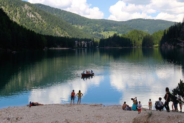 Семьи с детьми, отдыхающие на пляже на озере Брайес