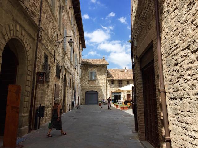 Фото одной из улочек в городе Губбьо в регионе Умбрия, Италия