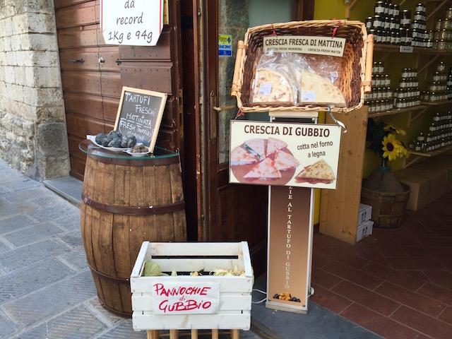 фото традиционной хлебной лепешки в Губбьо