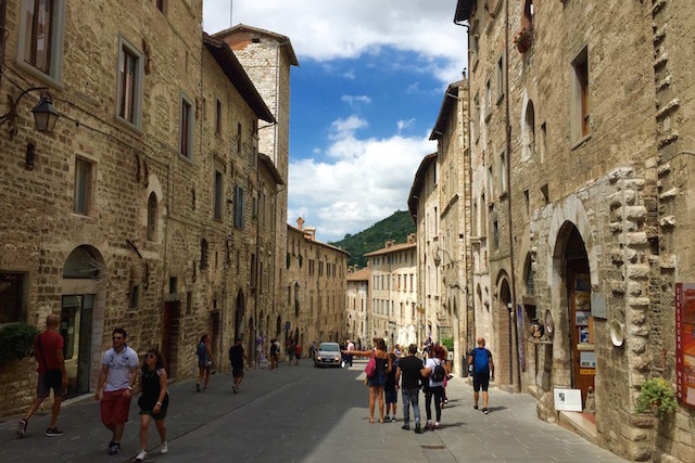 Фото центральной улицы в городе Губбьо в Умбрии, Италия