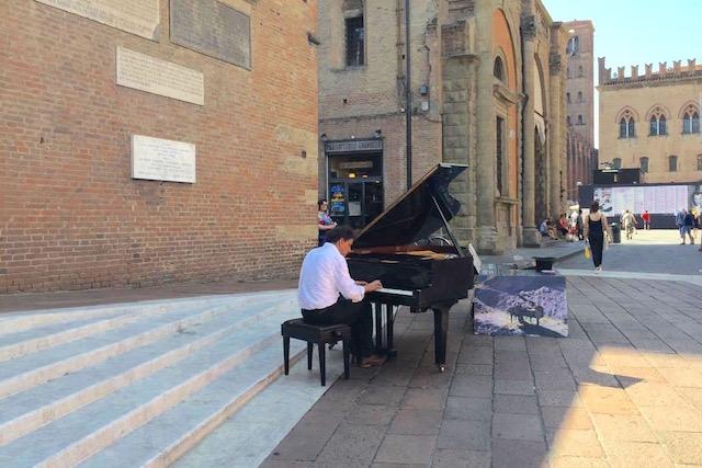 Фото пианиста на главной площади в Болонье