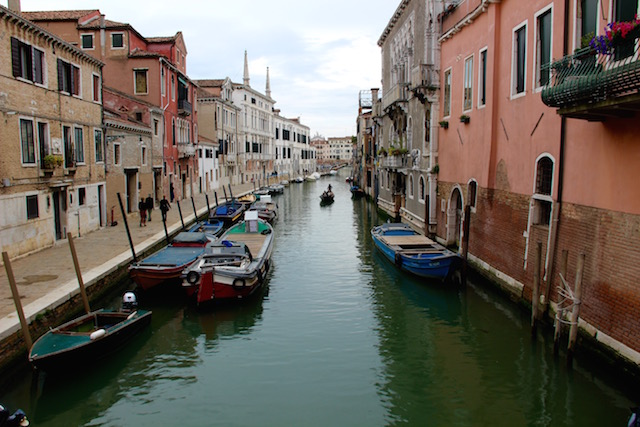 на фото изображен один из каналов в Венеции, Италия