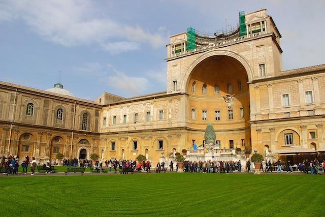 Двор музеев Ватикана