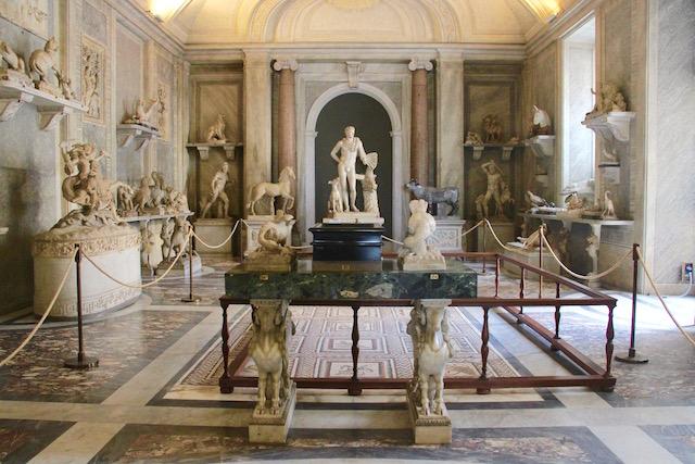 на фото один из залов музея Пио-Клементино в Ватикане