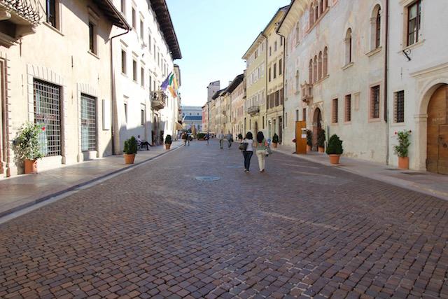 на фото изображена одна из центральных улочек города