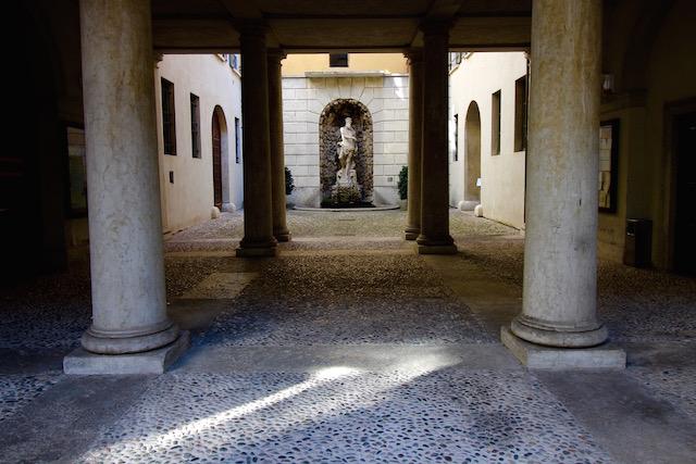 На фото изображен двор палаццо Тун в Тренто