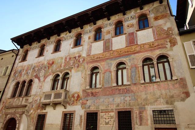 на фото представлен дом с фресками в центре Тренто