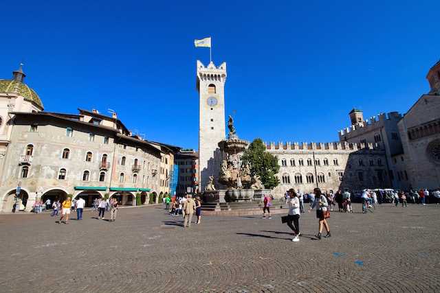 на фото изображена главная площадь в Тренто