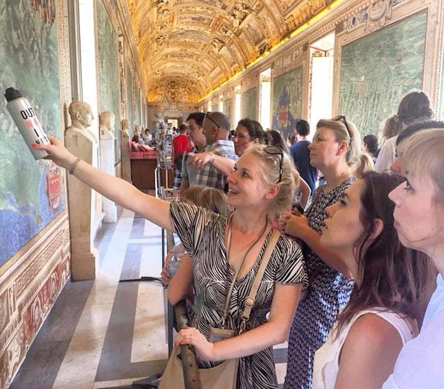 на фото гид по Ватикану в галерее географических карт в Музеях Ватикана