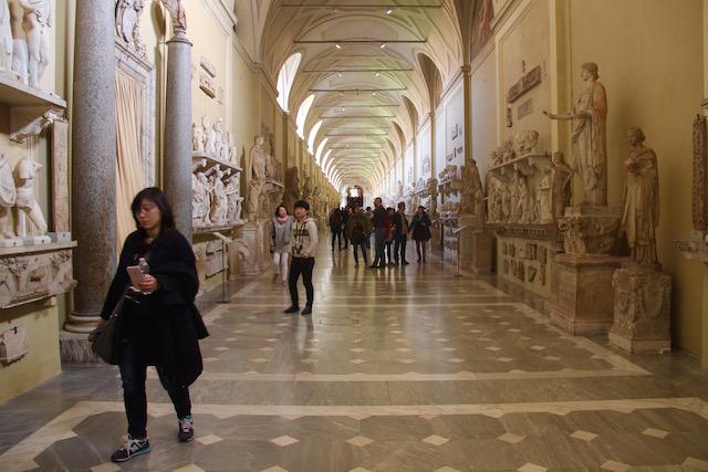 На фото один из залов музеев Ватикана