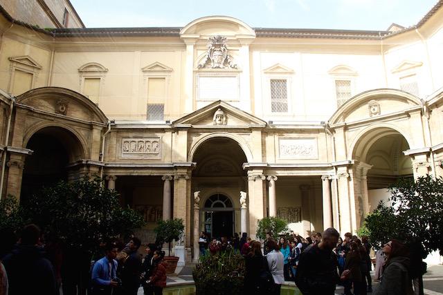 на фото один из вход в музей Пио-Клементино в Ватикане