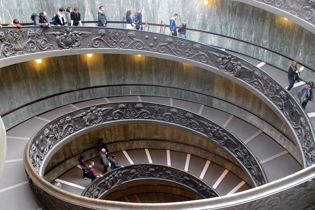 На фото вы видите лестнице в Музеях Ватикана