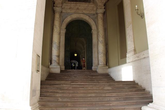 На фото стражник рядом с одним из входов в Собор Святого Петра в Ватикане