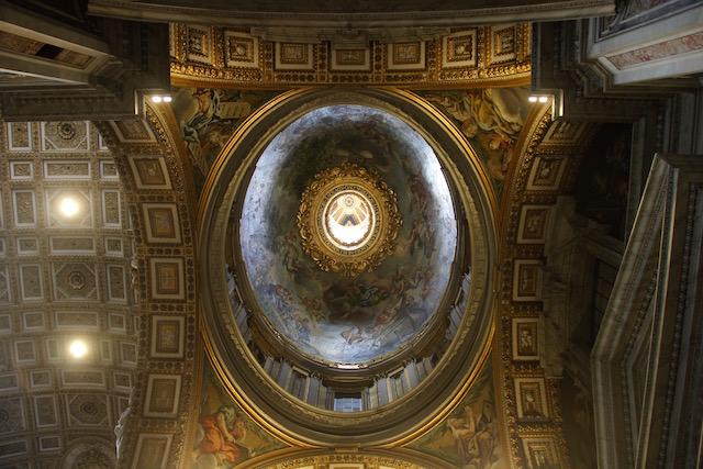 на фото потолок в Соборе Святого Петра в Ватикане