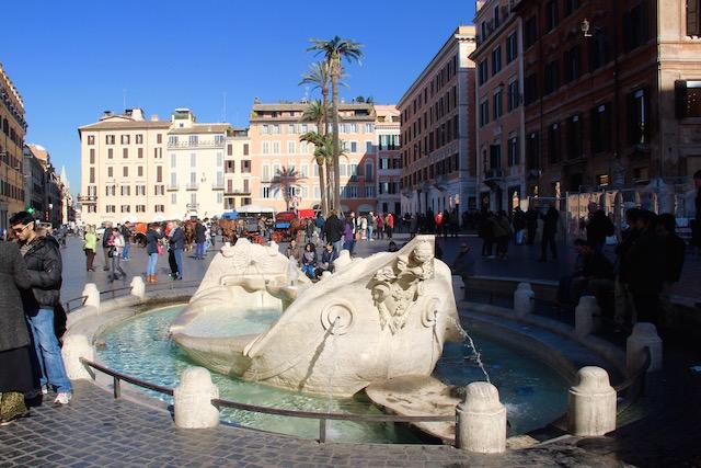 На фото фонтан Баркачча, который расположен на Площади Испании в Риме