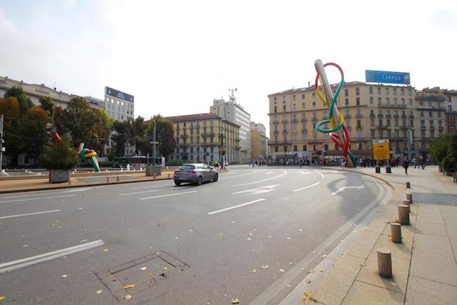 """На фото памятник моде """"Иголка, Нитка и Узелок"""", который расположен на площади Кадорна в Милане"""