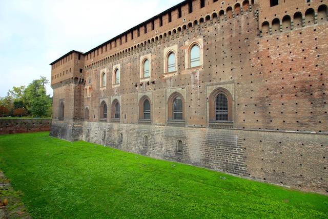 на фото одна из внешних стен замка Сфорца в Милане