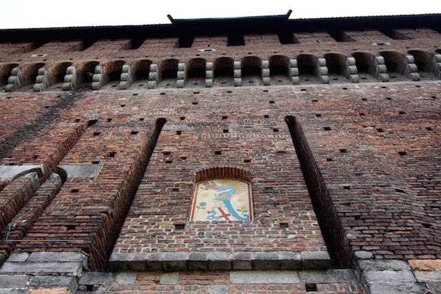 на фото герб семьи Сфорца, расположенный над одним из входов в замок