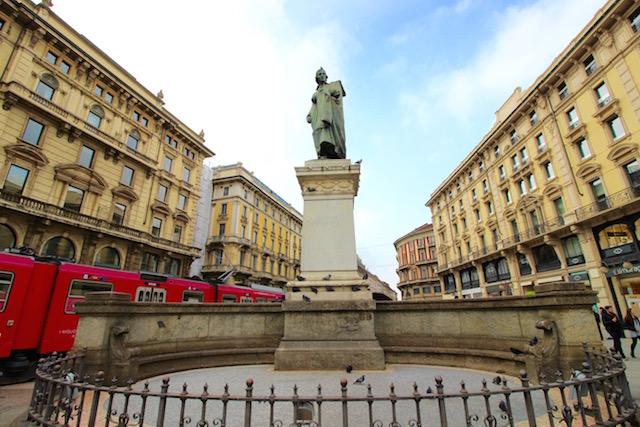 Памятник поэту Джузеппе Парини