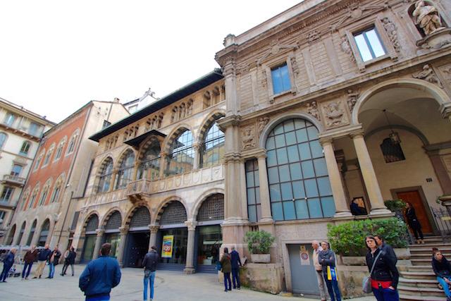 на фото одна из самых красивых площадей в Милане Piazza Mercanti