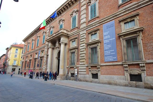 на фото фасад академии изящных искусств Брера