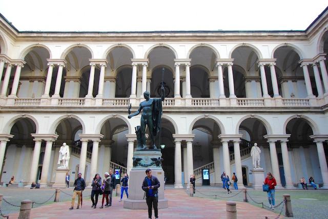 на фото внутренний двор Академии изящных искусств Брера в Милане