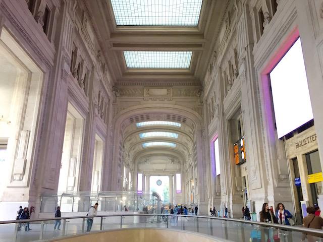 на фото вестибюль центрального ж/д вокзал Милана