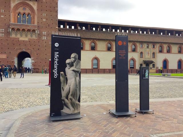 на фото один из внутренних дворов замка Сфорца в Милане