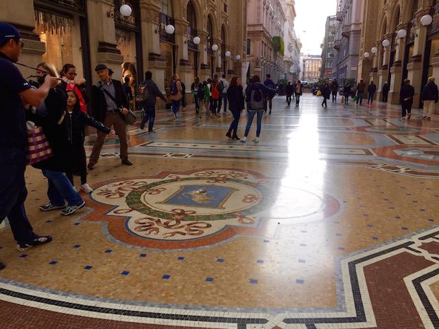На фото герб города Турин в Галереи Витторио Эмануэле II в Милане