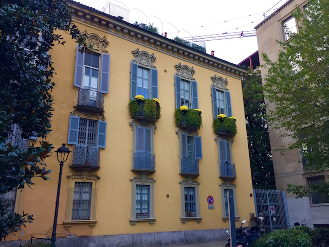 на фото дом в районе Брера в Милане