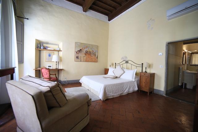 на фото спальная комната апартаментов Клариче во Флоренции