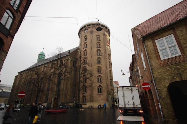 На фото круглая башня Копенгагена