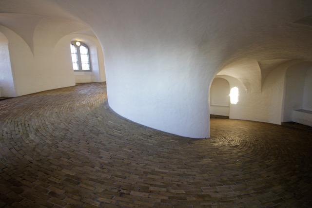 На фото пологий подъем в круглой башне в Копенгагене