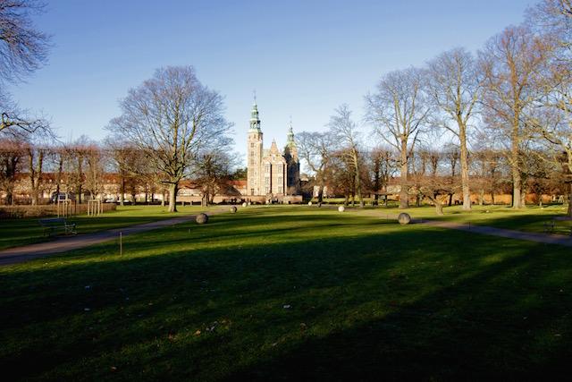 на фото замок Ротенборг в Копенгагене