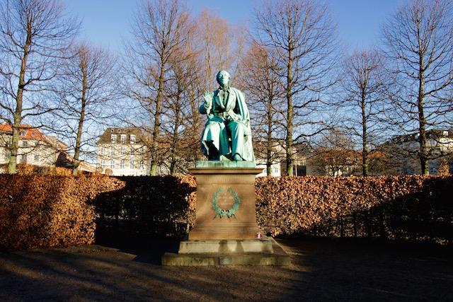 на фото памятник Гансу Христиану Андерсену в Копенгагене